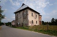 Dwór obronny w Chełmcach - fot. ZeroJeden, VIII 2017