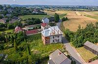 Dwór obronny w Chełmcach - Widok zamku na zdjęciu lotniczym, fot. ZeroJeden, VI 2019