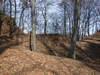 Zamek w Chrostowej - Fosa oddzielająca zamek od pozostałej części wzgórza, fot. ZeroJeden, II 2002