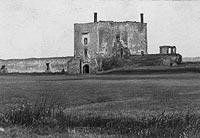 Zamek w Ćmielowie - Pozostałości zespołu bramnego na zdjęciu z okresu międzywojennego