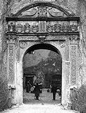 Dwór w Czarnem - Portal wjazdowy na zdjęciu z okresu międzywojennego