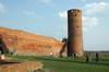 Zamek w Czersku - Wieża południowa i wschodni mur obwodowy, fot. ZeroJeden, IV 2005