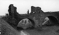 Zamek w Czersku - Most nad fosą zamku w Czersku na zdjęciu z lat 1939-45