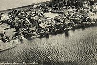 Zamek w Dąbrównie - Dąbrówno na fotografii lotniczej z okresu międzywojennego. Zamek widoczny przy lewej krawędzi zdjęcia