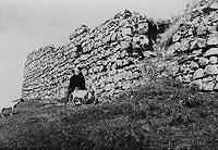 Zamek w Dobczycach - Mury zamku w Dobczycach na zdjęciu z okresu międzywojennego