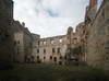 Zamek w Drzewicy - Dziedziniec zamkowy od strony bramy wjazdowej, fot. ZeroJeden, IV 2006