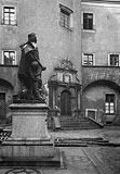 Zamek w Kostrzynie nad Odrą - Dziedziniec zamkowy z pomnikiem Fryderyka Wilhelma w latach 20. XX wieku