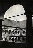 Zamek w Niepołomicach - Krużganki zamku niepołomickiego na zdjęciu Ottona Swobody z 1939 roku