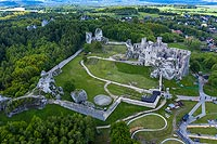 Zamek Ogrodzieniec w Podzamczu - Widok z lotu ptaka, fot. ZeroJeden, V 2020
