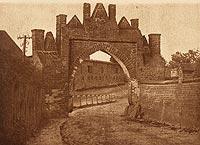 Zamek w Pokrzywnie - Brama wjazdowa na zdjęciu Henryka Gąsiorowskiego z okresu międzywojennego