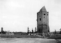 Zamek w Rawie Mazowieckiej - Wieża zamkowa zamku w Rawie na zdjęciu z 1944 roku, fot. Otto Pfeil