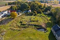 Zamek w Rogowie Sobóckim - Widok terenu dworskiego od północnego-zachodu, fot. ZeroJeden, VIII 2008
