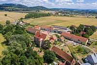 Zamek Kapitanowo w Ścinawce Średniej - Zdjęcie lotnicze, fot. ZeroJeden, VII 2019