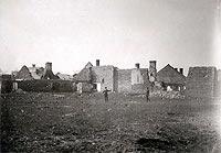 Fortalicja w Sobkowie - Zabudowania fortalicji na zdjęciu z okresu 1914-1918