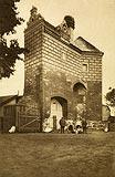 Zamek w Starej Kiszewie - Zachowane fragmenty podzamcza na zdjęciu z okresu międzywojennego