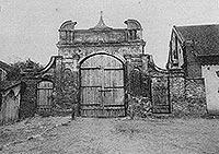 Zamek w Zawieprzycach - Brama zamku w Zawieprzycach na zdjęciu z lat 20. XX wieku
